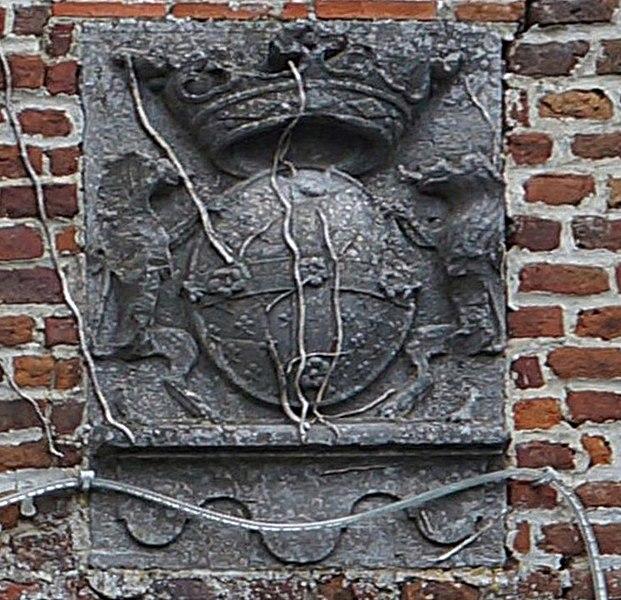 Blason gravé sur une des pierres des tours du château du  des Baudry (xiiie/xviiie siècles) à Roisin (Belgique).
