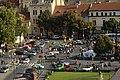 Roudnice nad Labem, pohled na náměstí s přehlídkou aut.jpg