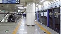 Seoul-metro-127-Dongmyo-station-platform-20181125-170430.jpg