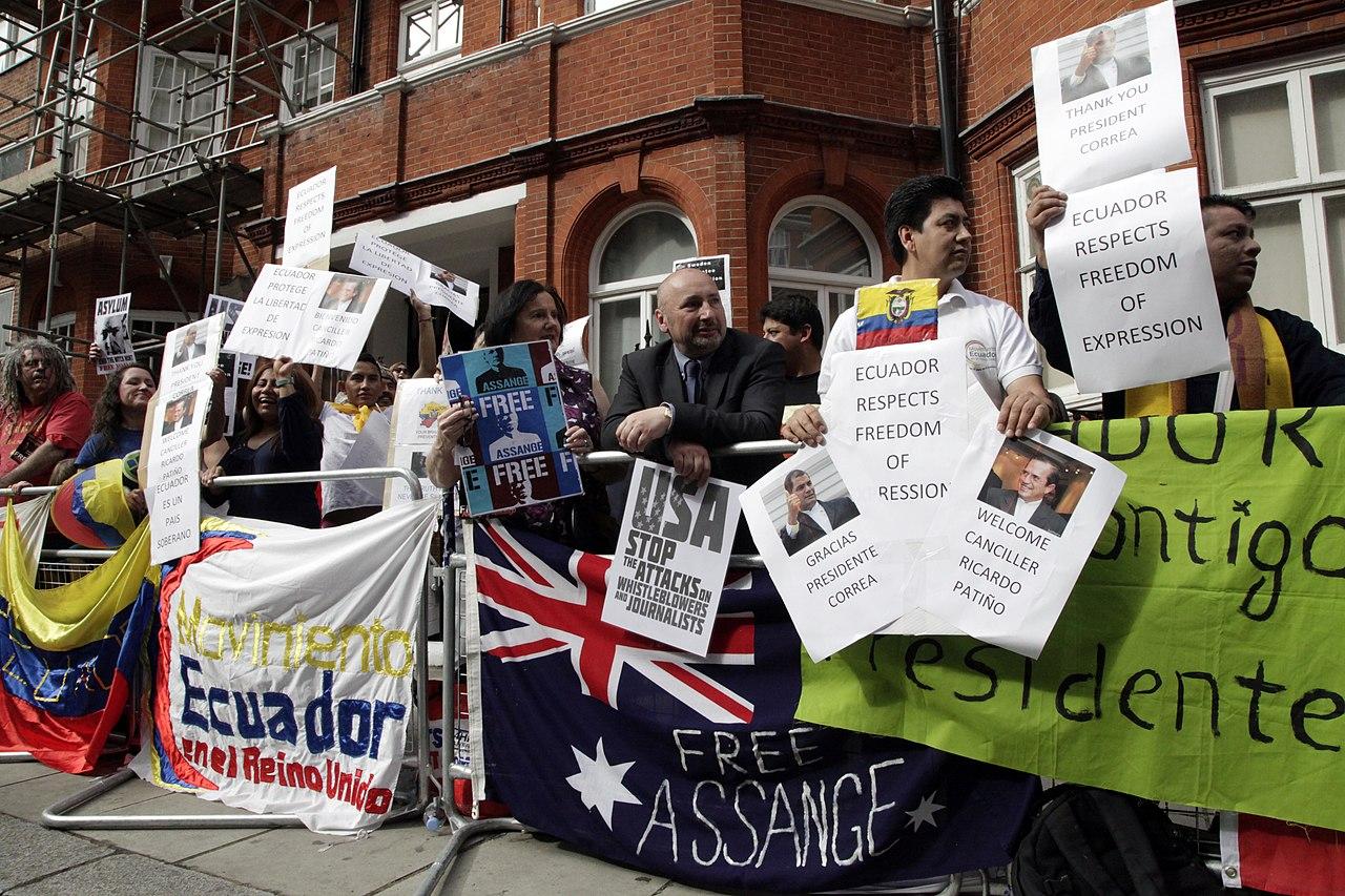 Simpatizantes de Julian Assange se reúnen en los exteriores de la embajada ecuatoriana en Londres. (9060379800).jpg