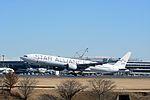 Singapore Airlines, Boeing 777-300ER, 9V-SWI - NRT (16234090136).jpg