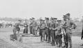 Soldats canadiens remettant les cibles atteintes avec un fusil Ross, Camp Barriefield, 1915.png