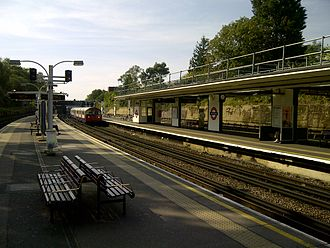 South Ealing tube station - Image: South Ealing tube station platform