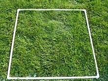 Un cuadrado de tubo de PVC en la hierba
