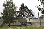 Steam locomotive monument near Kiev Passazhirskij.jpg