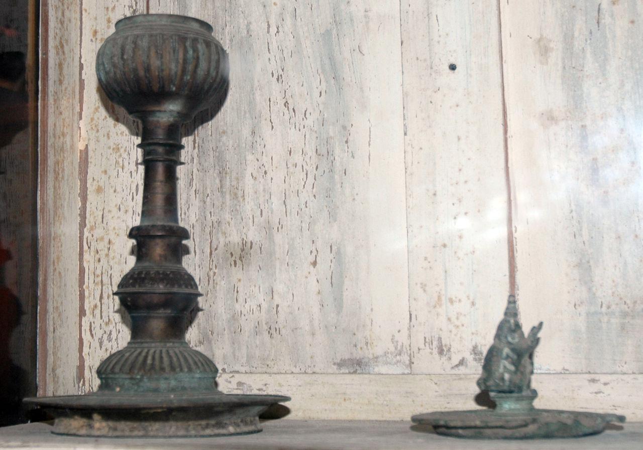 Filetable lamps archaeological museum jaffnajpg for Table lamp wikipedia