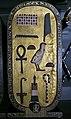 Tapa de un cofre encontrado en la tumba de Tutankhamón.jpg