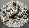 Taranto, medaglione d'argento con afrodite al bagno, eros e una fanciulla, 300-200 ac..JPG
