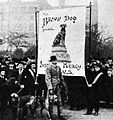 The Brown Dog in Trafalgar Square, March 1910 (with bloodhounds).jpg