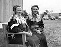 To kvinner i Karasjokdrakt sitter på en benk. Karasjok 1956 - Norsk folkemuseum - NF.05535-008.jpg