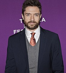Description de l'image  Topher Grace Giant Mechanical Man premiere 2 - Copy.jpg.