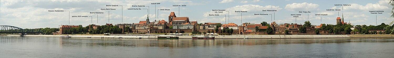 העיר החדשה ובמרכזה כנסיית יעקב הקדוש (ימין) והעיר העתיקה וכנסיית יוחנן כותב הבשורה (שמאל). בקידמת התמונה, סמוך לגדת הנהר, נראים החומה ושעריה
