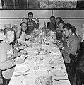 Tour de France , tijdens de maaltijd, rechts G de Roo , P Damen , G Kersten, Bestanddeelnr 911-3784.jpg