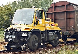 Road–rail vehicle - Unimog 405/UGN road-rail vehicle used as a rail car mover