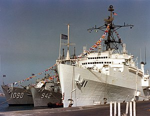 USS Ainsworth (FF-1090) - Image: USS Coronado (AGF 11) Ainsworth (FF 1090) and Bigelow (DD 942) at Bahrain 1981