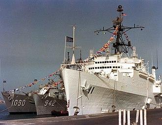 USS Ainsworth (FF-1090) - Image: USS Coronado (AGF 11) Ainsworth (FF 1090) and Bigelow (DD 942) at Bahrain 1981