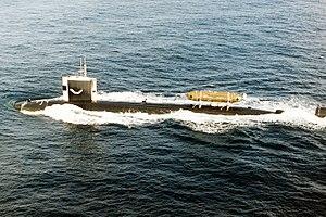 USS Pintado (SSN-672) z DSRV-1 Mystic za żaglem