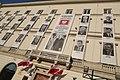 Upamiętnienie ofiar tragedii smoleńskiej na fasadzie budynku w Warszawie.jpg