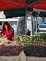 Vendeuse d'asperges sur le marché de la Tour-d'Aigues - P.M..JPG