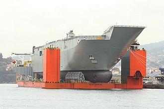 Heavy-lift ship - Image: Vigo Soldando el portaaviones HMAS Adelaide sobre el buque plataforma Blue Marlin (11359189116)