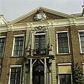 Vooraanzicht van Huize der Boede met bordes en wapen - Koudekerke - 20420223 - RCE.jpg