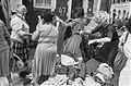Vrouwen zoeken tussen de kleding, Bestanddeelnr 932-6194.jpg