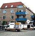 Westelijke kop van de woningcorporatie Vernieuwend Wonen Maastricht met café Thembi.jpg