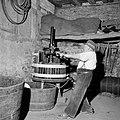 Wijnboer Römer perst zijn druiven met de oudste handpers in Kröv, Bestanddeelnr 254-4220.jpg