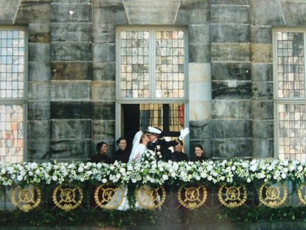 Prince Willem-Alexander and Princess Maxima kiss at the balcony of the Royal Palace of Amsterdam on their wedding day in 2002. Willemmaxima trouwen.jpg