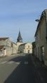 Église Saint-Romain de Curzon (vue d'ensemble de la rue du Logis).png
