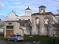 Брама та мури костелу бернардинців в Ізяславі.JPG