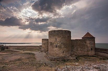 Генуезький замок на заході сонця.jpg