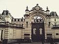 Дворец Потоцких. Ворота с родовым гербом – крест и рыцарские доспехи.jpg