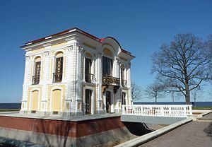 Эрмитаж в парке Петергоф.jpg