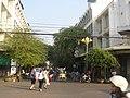 ซิสเตอร์ไมเยอร์ มาร์คิซิค อำนวยโชค กำลังข้ามถนน พระปฐมเจดีย์ - panoramio.jpg