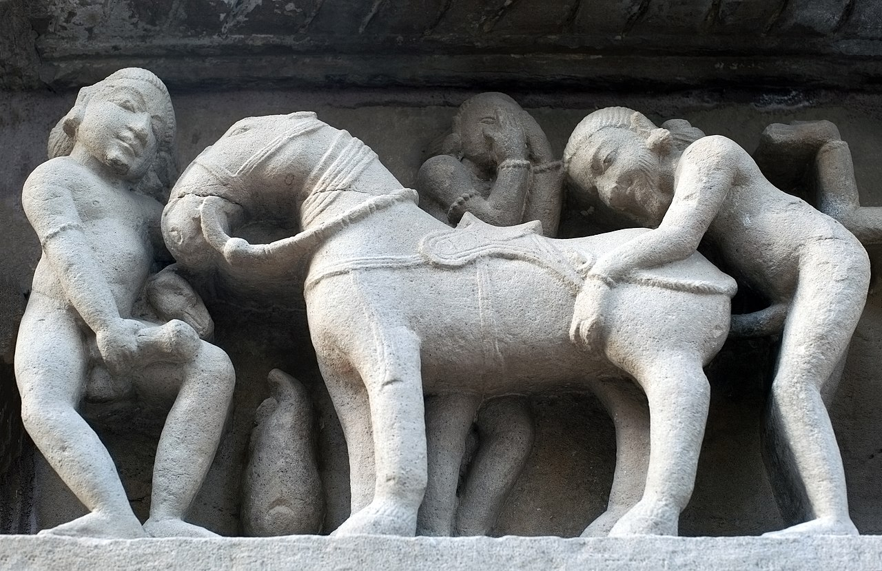 Erotisches zoophiles Detail an der Wand des Lakshmana Tempel in Khajuraho (Indien)