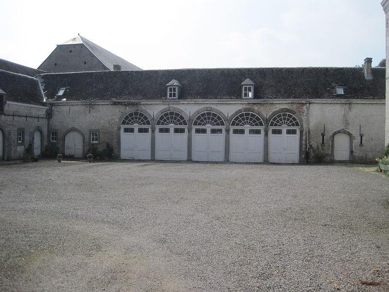 Garages  dans la cour du château