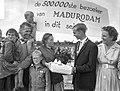 500000ste bezoeker aan Madurodam, de familie Welgemoed uit Hilversum wordt in d, Bestanddeelnr 911-4729.jpg