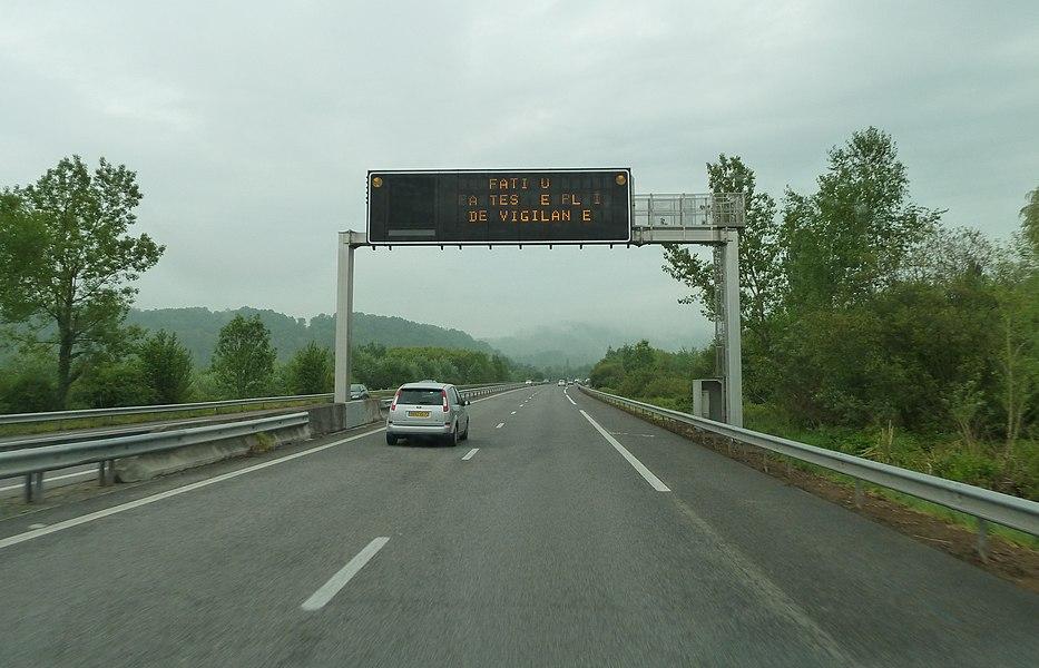 Autoroute A64, E80, France. Information affichée: Fatigue? Faites le plein de vigilance.