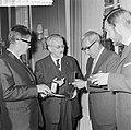 ANWB-prijzen voor publicistische prestaties te Den Haag na de prijsuitreiking Ca, Bestanddeelnr 916-4831.jpg