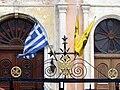 Agios Nikolaos - Griechische und byzantinische Fahnen.jpg