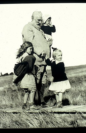 Beinn Bhreagh - Image: Alexander Graham Bell with three granddaughters