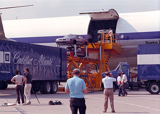 Fase di scarcio delle Cadillac Allanté - Aeroporto di Detroit - Immagine Jerowill / Wikimedia