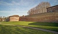 Anciens remparts Saint-Cyprien (1350) à Toulouse vus du Jardin Raymond VI.jpg