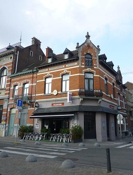 Un des cafés bordant la Place de la Résistance, N°5, au nord-est. Notez la symétrie avec le N°1A. Style Renaissance flamande (fin 19e s.).