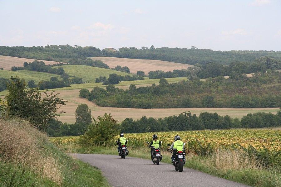 Apprentis motards dans la campagne toulousaine