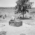 Archeologische vondsten, in het midden (vermoedelijk) een olijfpers, tentoongest, Bestanddeelnr 255-3006.jpg