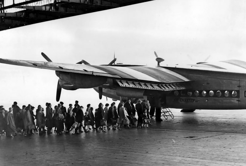 Avro York - Bundesarchiv B 145 Bild-P004762, Berlin-Tempelhof, Flüchtlinge