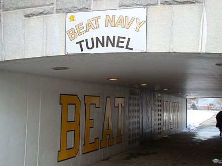 Le tunnel passe sous Washington Road dénommé « Beat Navy ».