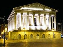 экстерьер большого неоклассического гражданского здания, освещенного ночью